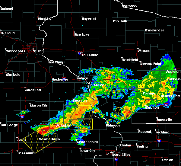 Radar Image for Severe Thunderstorms near Harpers Ferry, IA at 8/4/2016 7:00 PM CDT