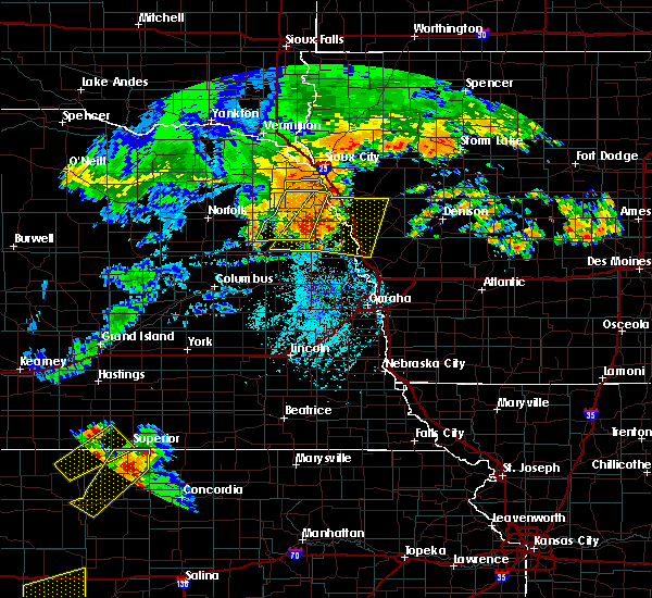 Radar Image for Severe Thunderstorms near Whiting, IA at 8/11/2016 6:06 PM CDT