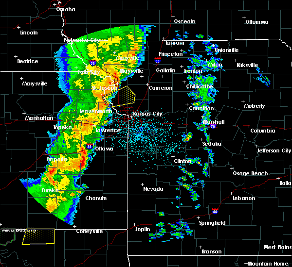 Radar Image for Severe Thunderstorms near Iatan, MO at 10/4/2016 10:21 PM CDT