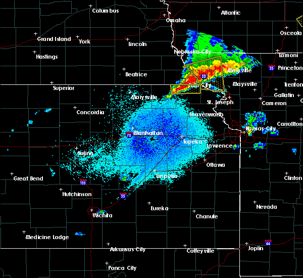 Radar Image for Severe Thunderstorms near Hiawatha, KS at 4/10/2017 12:18 AM CDT