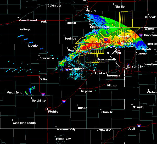 Radar Image for Severe Thunderstorms near Hiawatha, KS at 6/11/2018 9:30 PM CDT