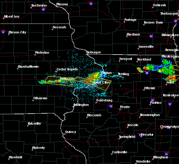 Radar Image for Severe Thunderstorms near University Heights, IA at 4/7/2020 8:32 PM CDT