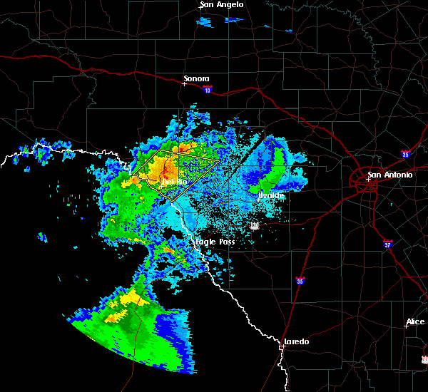 Radar Image for Severe Thunderstorms near Brackettville, TX at 4/27/2020 8:55 PM CDT