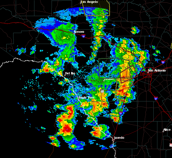 Radar Image for Severe Thunderstorms near Encinal, TX at 5/24/2020 7:52 PM CDT
