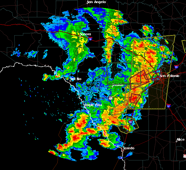 Radar Image for Severe Thunderstorms near Encinal, TX at 5/24/2020 8:12 PM CDT
