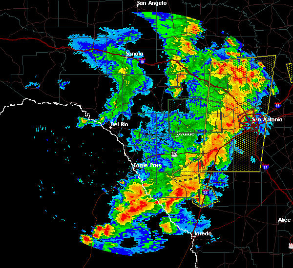 Radar Image for Severe Thunderstorms near Fowlerton, TX at 5/24/2020 8:24 PM CDT