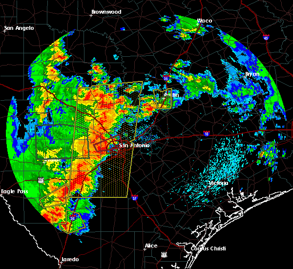 Radar Image for Severe Thunderstorms near New Braunfels, TX at 5/24/2020 8:28 PM CDT
