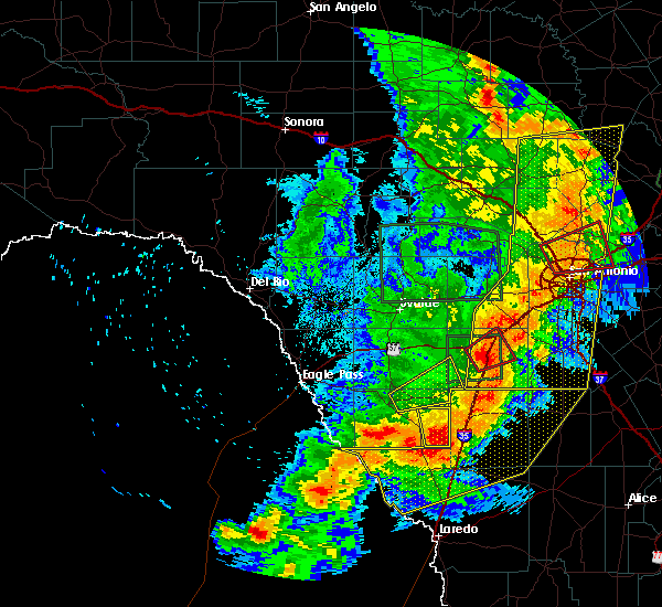 Radar Image for Severe Thunderstorms near Fowlerton, TX at 5/24/2020 8:56 PM CDT