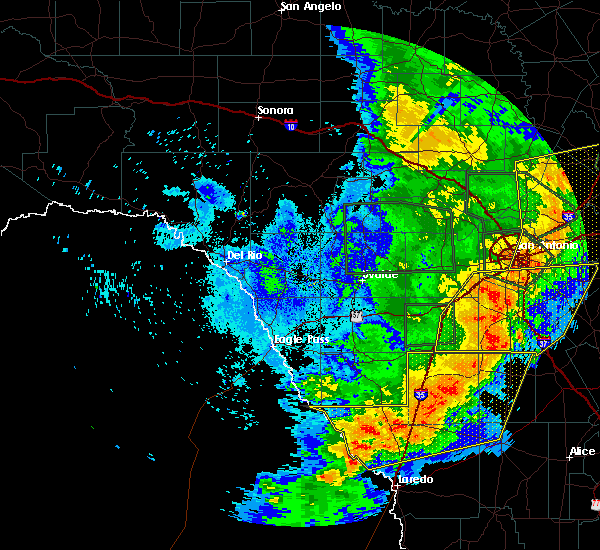 Radar Image for Severe Thunderstorms near Fowlerton, TX at 5/24/2020 9:31 PM CDT