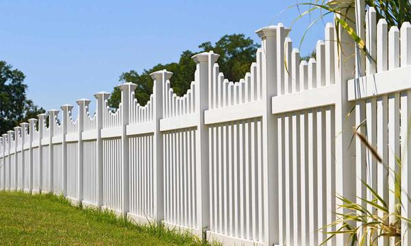 Vinyl Fencing: 7 Pros and Cons of a Vinyl Fence