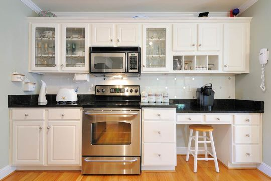 Kitchen Facelifts: 7 Pros and Cons of Replacing vs Refacing