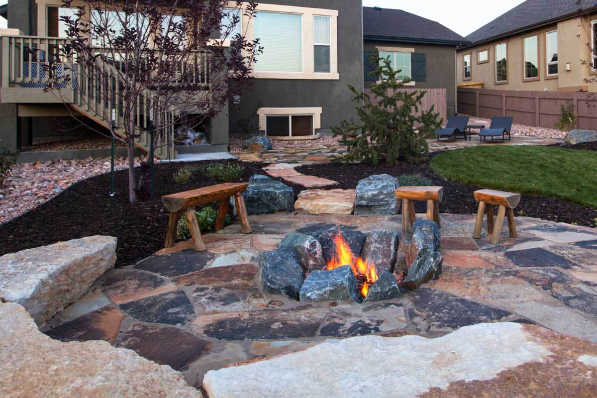 8 outdoor fire pit ideas for your backyard for Backyard rock fire pit ideas