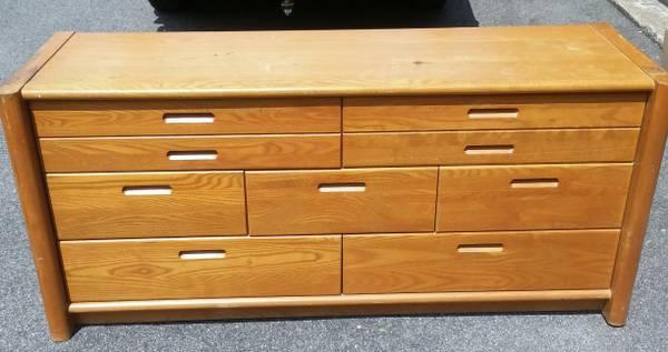 CL knobby dresser