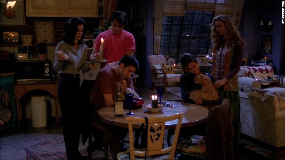 Estos son los amigos a oscuras en el clásico apartamento de la serie.