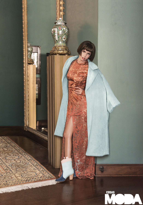 Vestido y abrigo de Ana María Guiulfo, botines de VNRO/AMRO.
