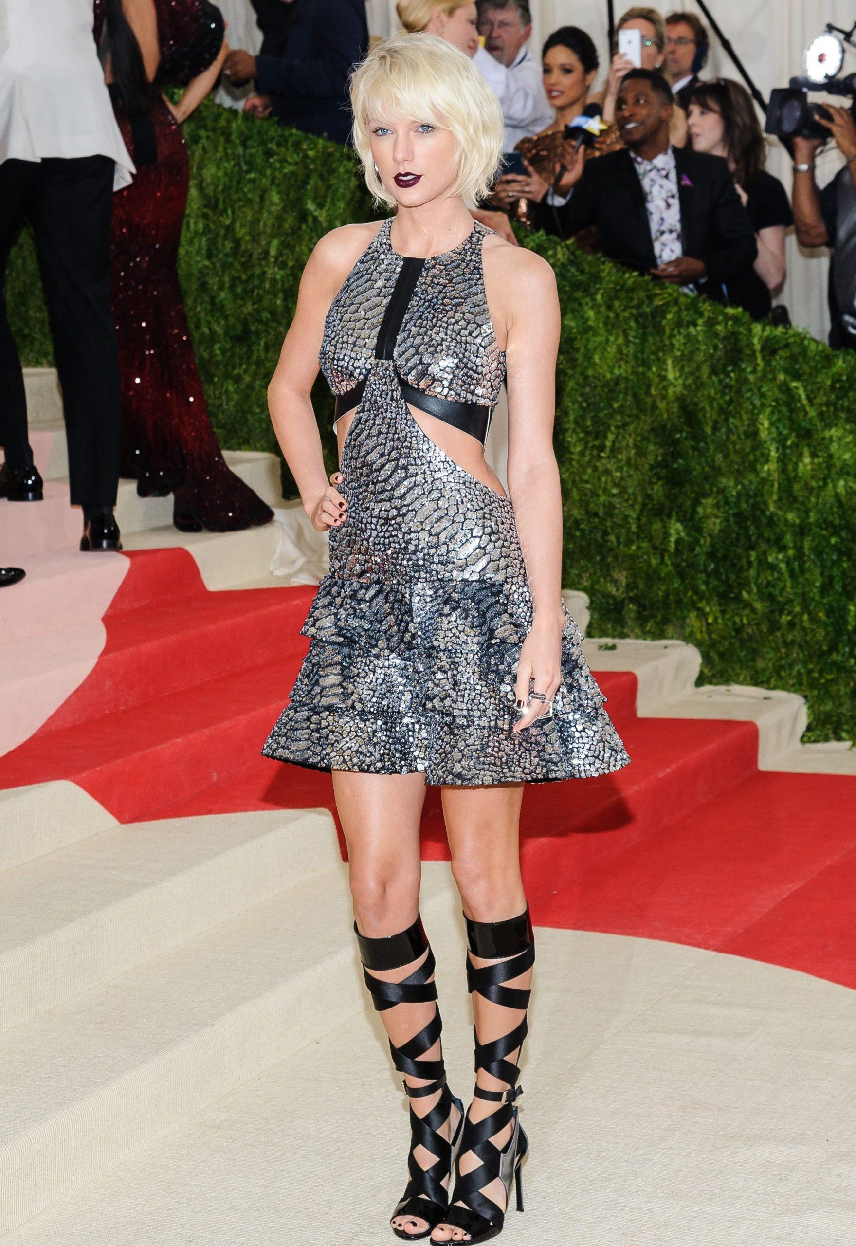 Taylor Swift en Louis Vuitton con accesorios de Eva Fehren, Mattia Cielo y Borgioni