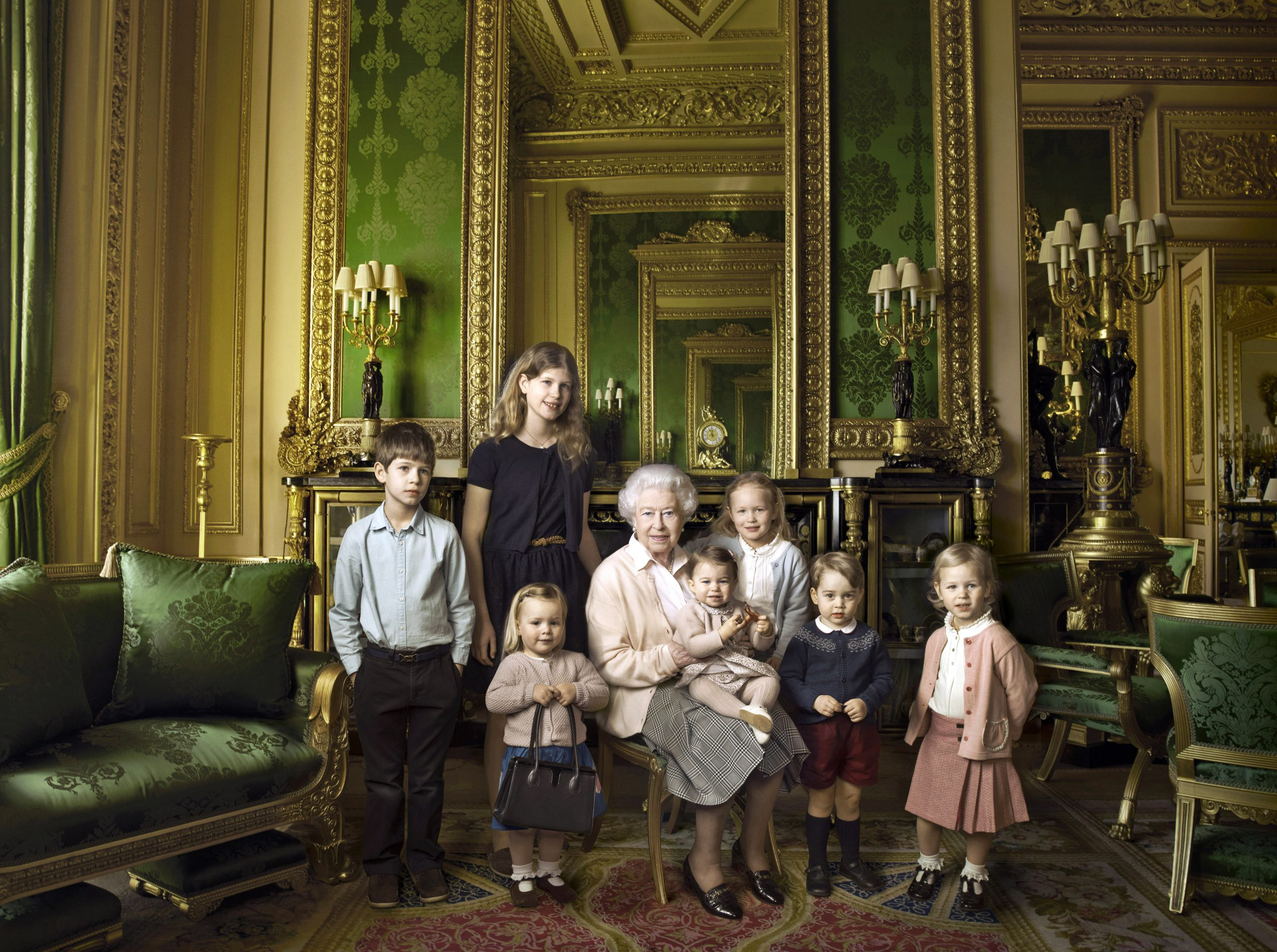 La reina junto a sus dos nietos más jóvenes y sus cinco tataranietos, entre los que figuran el Príncipe George y la Princesa Charlotte.