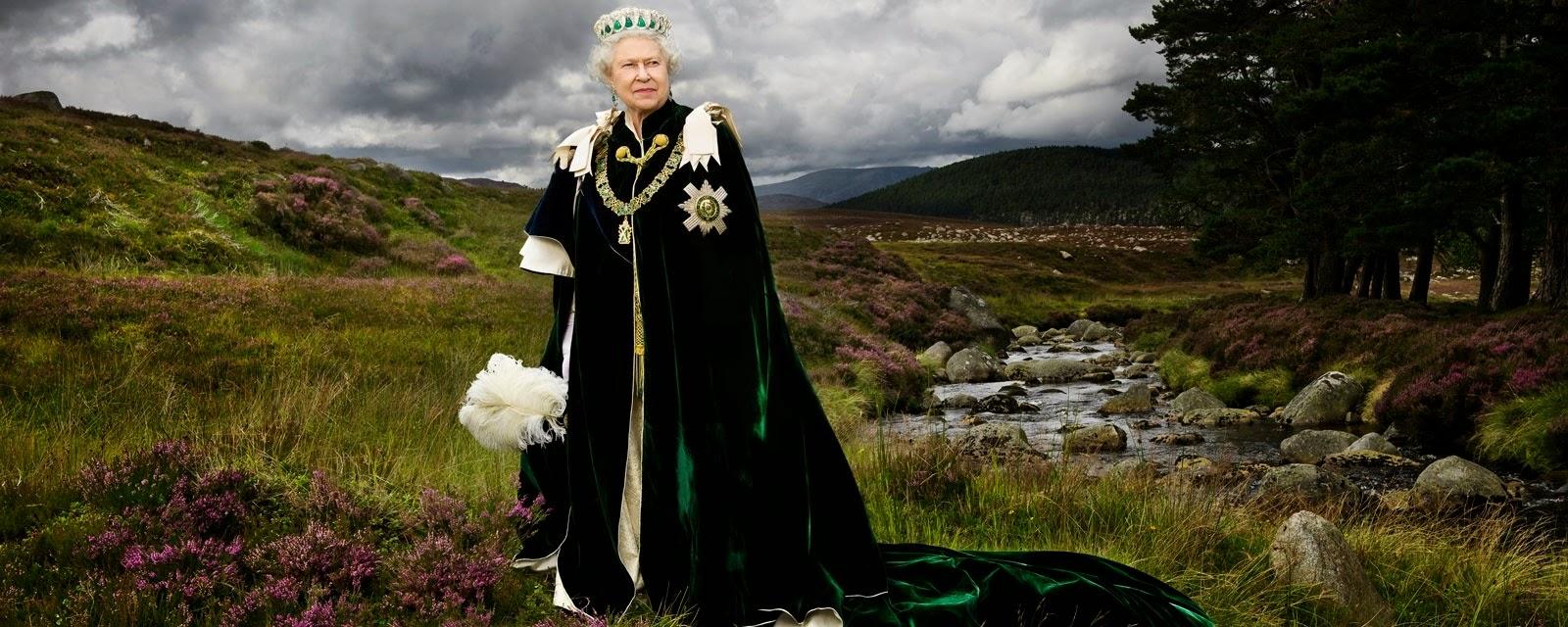 Retrato de la reina hecho por el fotógrafo Julian Calder. Elizabeth II lleva puesta la investidura de la Orden del Cardo, cuyo nombre rinde honor a la flor nacional de Escocia.