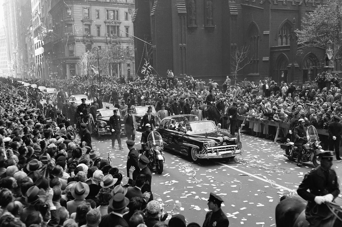 En la avenida Broadway de Nueva York, en octubre de 1957, su primera visita oficial a los Estados Unidos. Entonces fue recibida por el presidente Dwight D. Eisenhower.