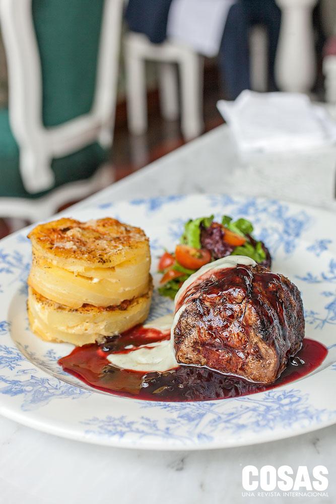 Lomo Ebony & Ivory: corte de lomo fino bañado en salsa de sauco y de queso roquefort, acompañado de pastel de papa y ensalada.