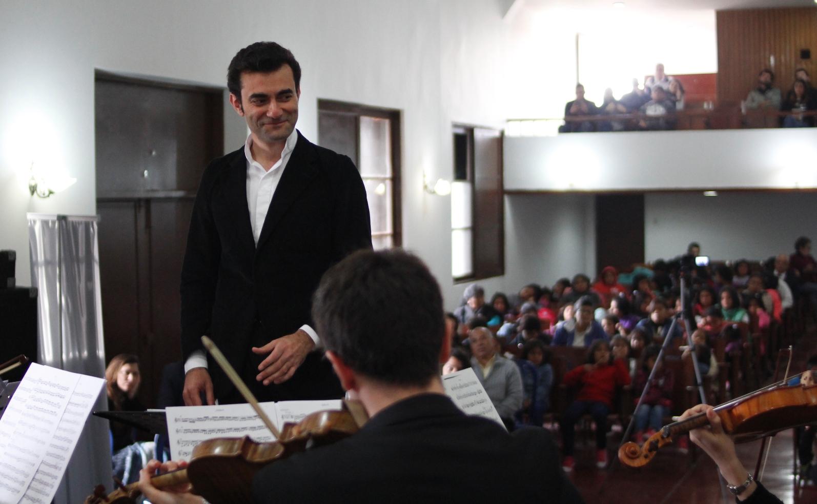 Pirfano durante su presentación en el Puericultorio Pérez Araníbar.