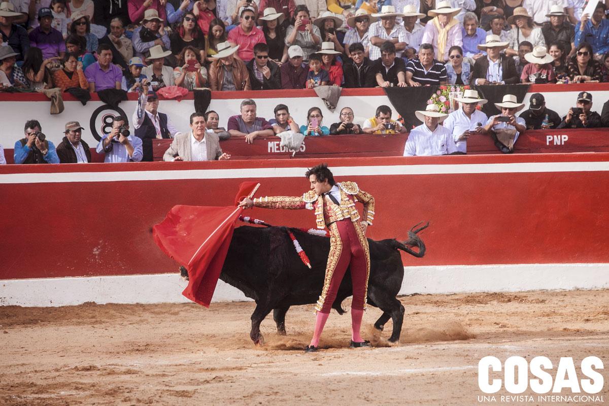 José Antonio Campuzano, en esta foto, gritando desde el callejón, descubrió a Andrés en México, cuando este tenía 12 años. A los 16, lo llevó a Sevilla para entrenarlo y convertirse en su apoderado.