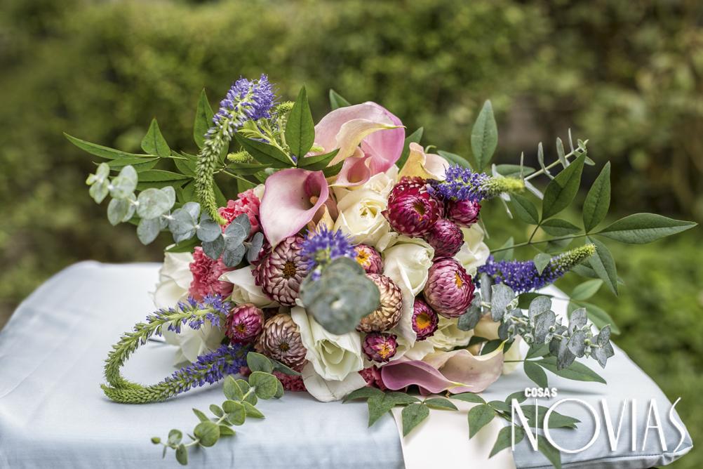 """""""Muchas de las flores de los bouquets de novias las cultivo en mi propio jardín. Me gusta que tengan movimiento y personalidad. Siempre pido a la novia que me traiga un pedazo de la tela de su vestido para crear el traje de los pajecitos y las damas de honor"""", dice."""