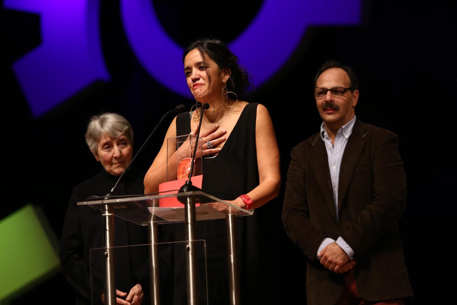 """Gema Juárez, productora de """"Oscuro animal"""" recogiendo el premio a Mejor Película."""