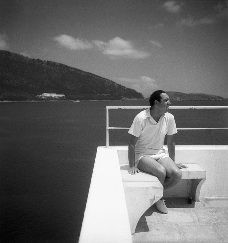 En ropa de tenis, el artista Reynaldo Luza descansa en una terraza de su casa en Formentera.