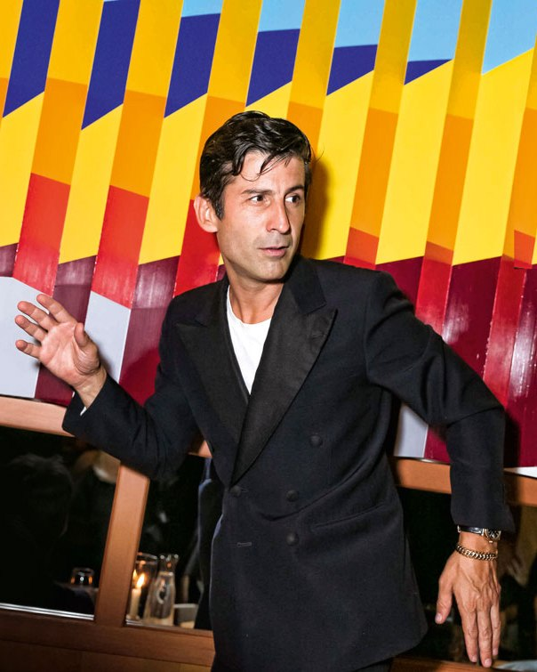 André Saraiva, artista dueño del night club parisino Le Baron.