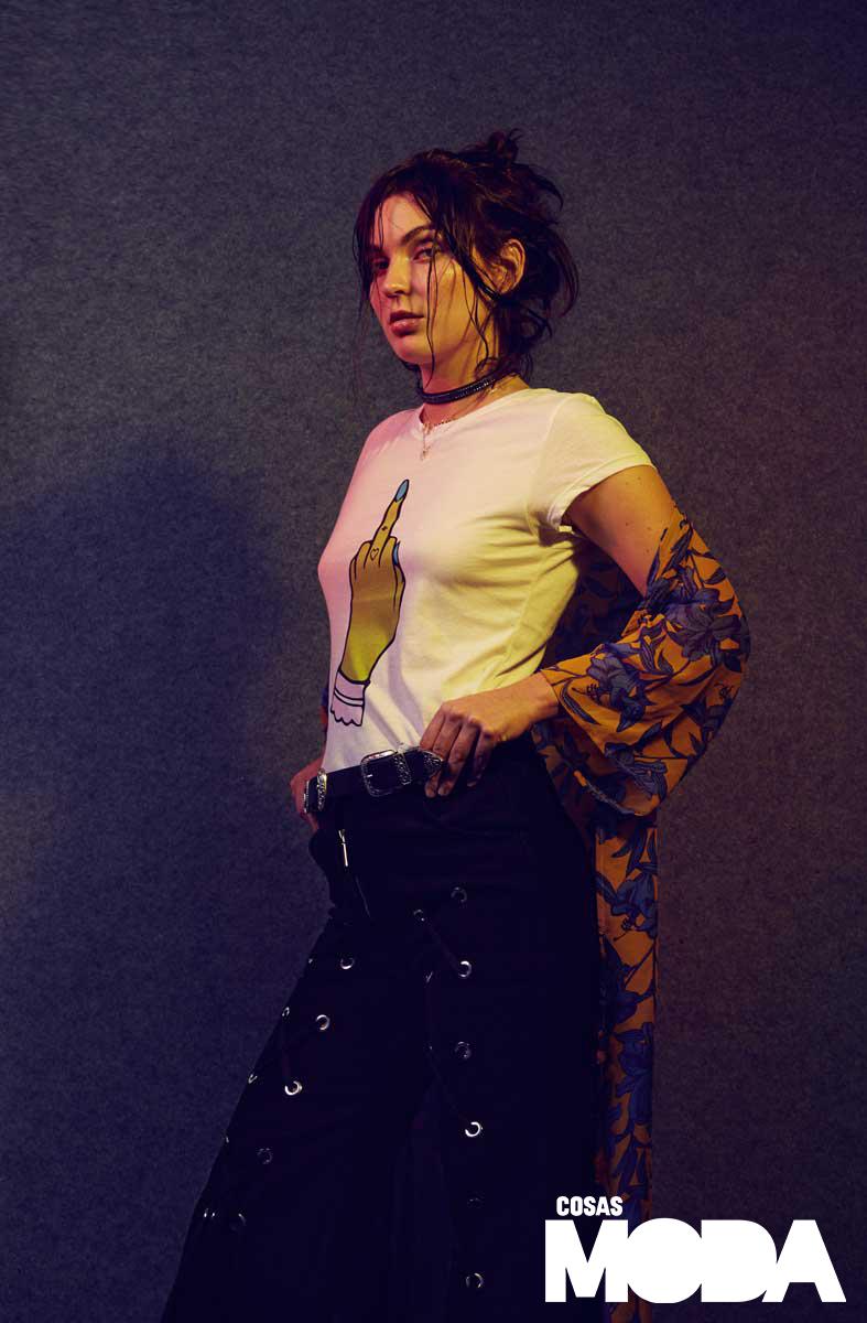 Polo de Peruvian Flake, kimono de H&M, jean de Dhosis, correa y gargantilla de Mythology Store y collares de Swarovski.