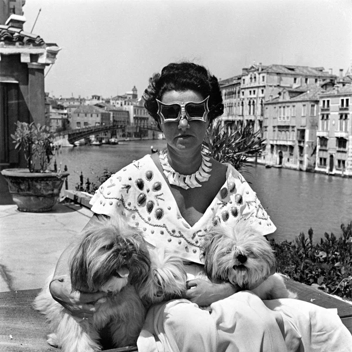 La emblemática imagen de Peggy y sus perros, en el techo de su residencia en Venecia, captada por el fotógrafo David Seymour, en 1950.