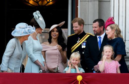 Camilla Parker-Bowles, duquesa de Cornwall; Kate Middleton, la duquesa de Cambridge; Meghan Markle, duquesa de Sussex; el príncipe Harry; Isla Phillips, Peter Phillips, Savannah Phillips and Autumn Phillips en el Palacio de Buckingham durante la celebración de Trooping the Colour.