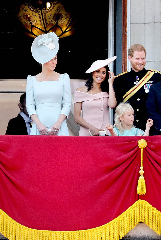 Kate Middleton, Meghan Markle y el príncipe Harry en el balcón del Palacio de Buckingham durante el desfile militar de Trrooping The Colour.