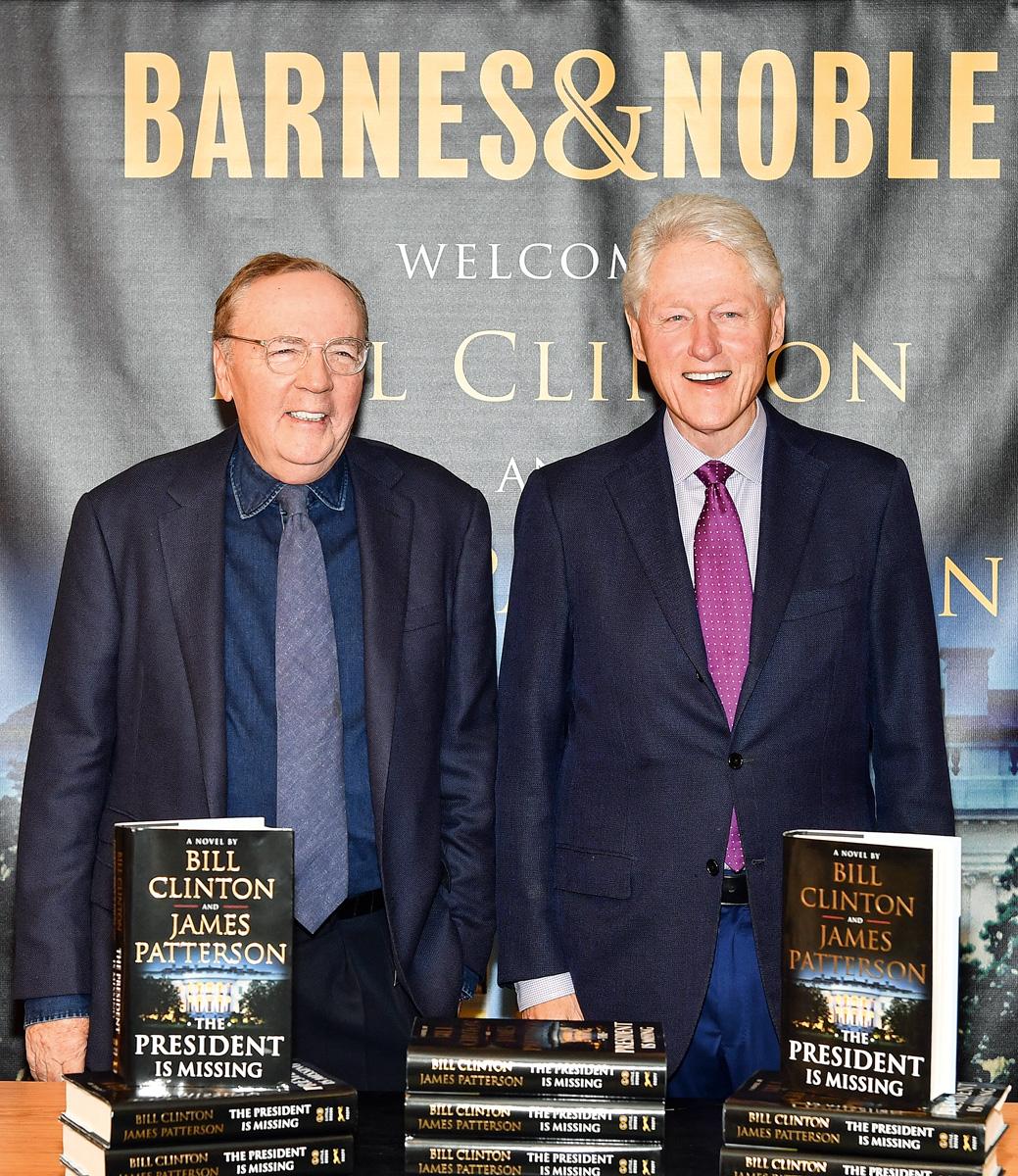 Junto con el escritor James Patterson, coautor de la novela, que trata sobre la desaparición del presidente de Estados Unidos, Jonathan Lincoln Duncan, en medio de una crisis global.