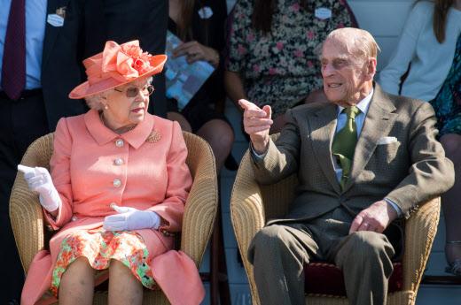 La reina Isabel II y el príncipe Felipe, duque de Edimburgo. en el Royal Windsor Cup 2018 en el Guards Polo Club.