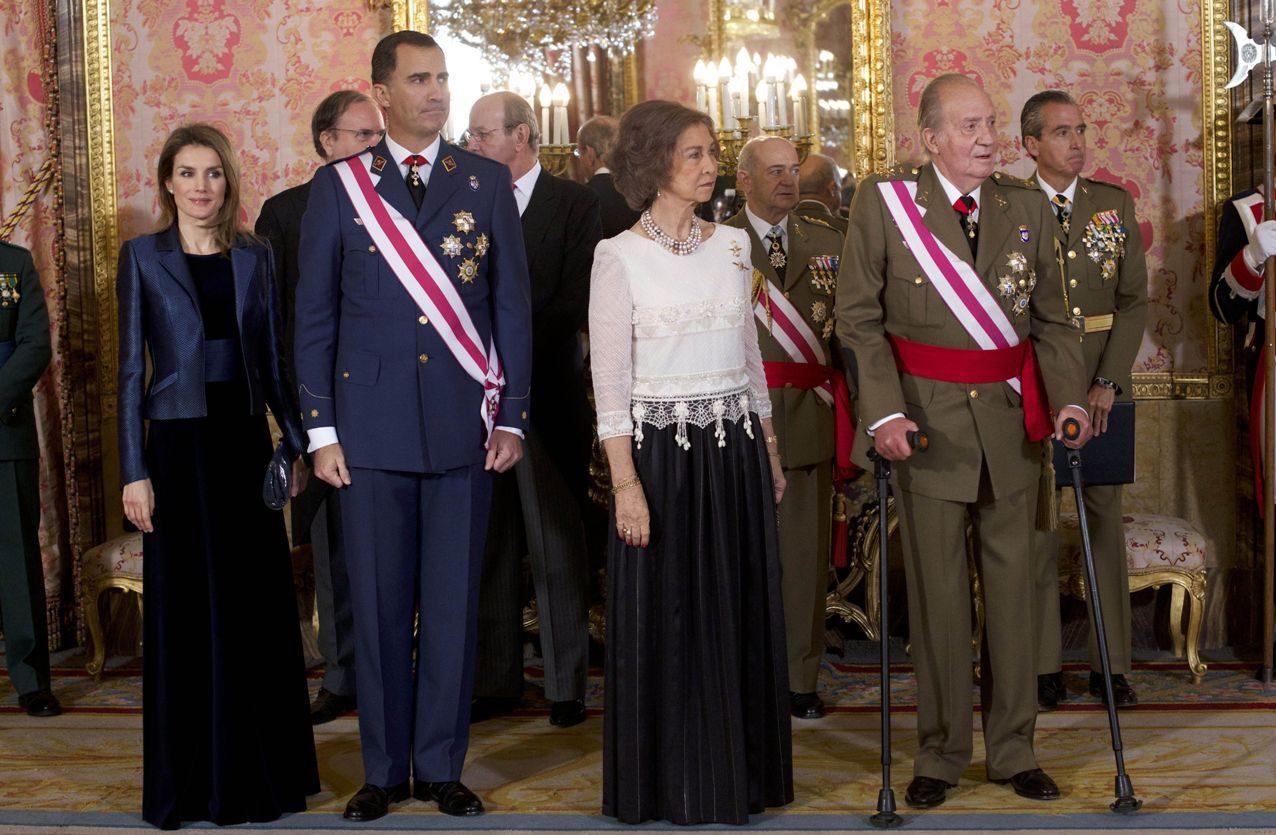 Don Juan Carlos abdicó al trono en 2014, tras reinar casi cuarenta años. Su hijo, Felipe VI, se convirtió en rey y Letizia, en reina.