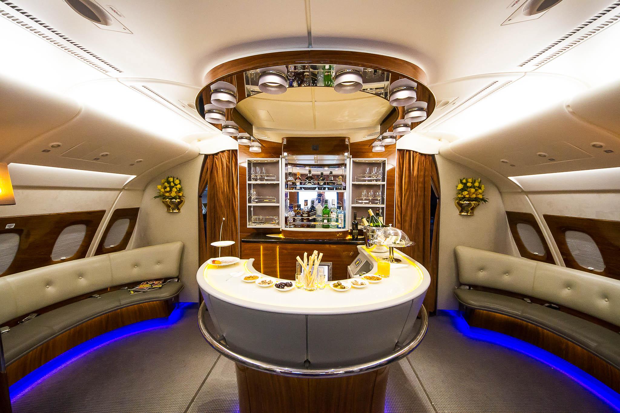 Qatar Airways cuenta con habitaciones independientes en primera clase y un bar.