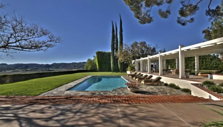 En el exterior de la casa hay piscina y espacio para hacer parrillas.