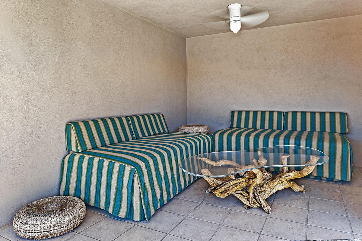 La ex residencia de Frank Sinatra cuenta con siete dormitorios y siete baños. La decoración de los espacios es minimalista.