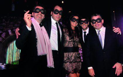 El Mystère Party de Chopard en la Villa Domergue. De izquierda a derecha, Petrus Fernandini, Jacky Gomberoff, Jackie Hoffman de Brescia, Michael Grimberg y Pedro Brescia luciendo antifaces.