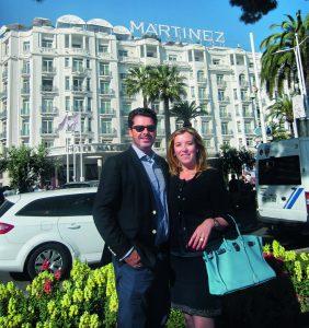 Petrus y Verónica Fernandini, frente al Hotel Martinez.