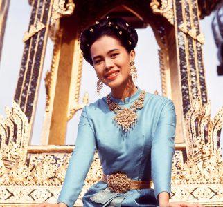 La Reina Sirikit frente al trono exterior en El Gran Palacio, en Bangkok, Tailandia.