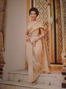 A comienzos de la década de los 70, Balmain y Lesage empezaron a desarrollar ideas para transformar las sedas de los poblados tailandeses en un vestido a la moda occidental