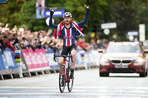 Simmons crossing the finish line winning the World Championship.