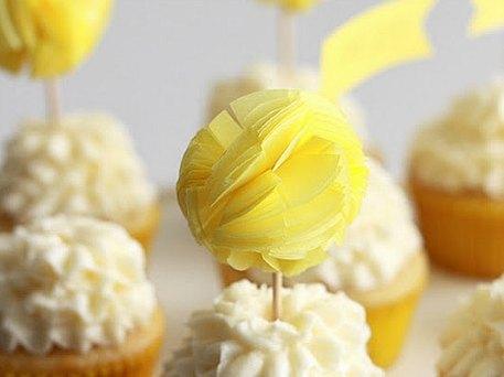 DIY pompom cupcake toppers