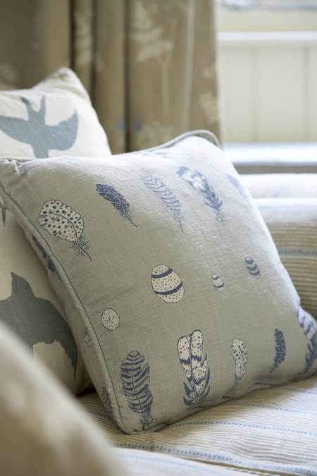 Easy Piped Pillow (Free Sewing Pattern)