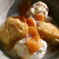 Peaches with a flaky crust and vanilla ice cream