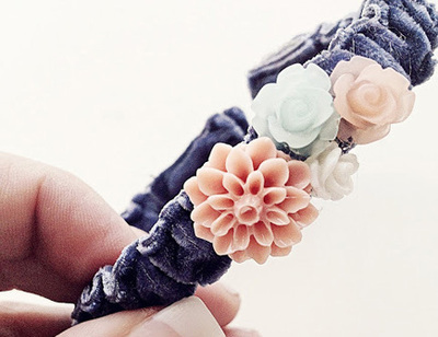 adjustable bracelet with ribbon and flowers