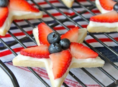 Star-shaped cookies with fruit